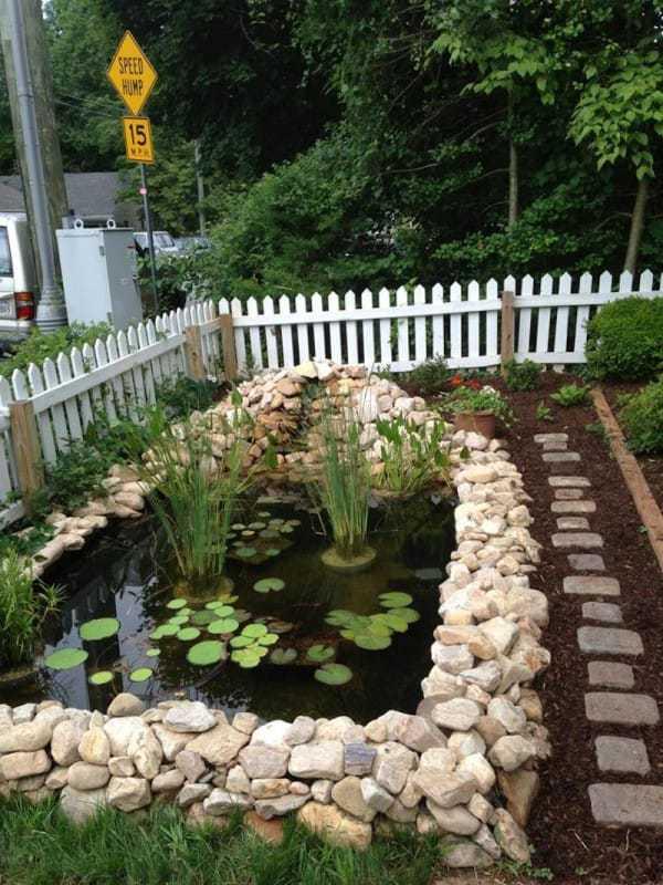 ¡Este jardín delantero recibió una renovación que incluyó un estanque!