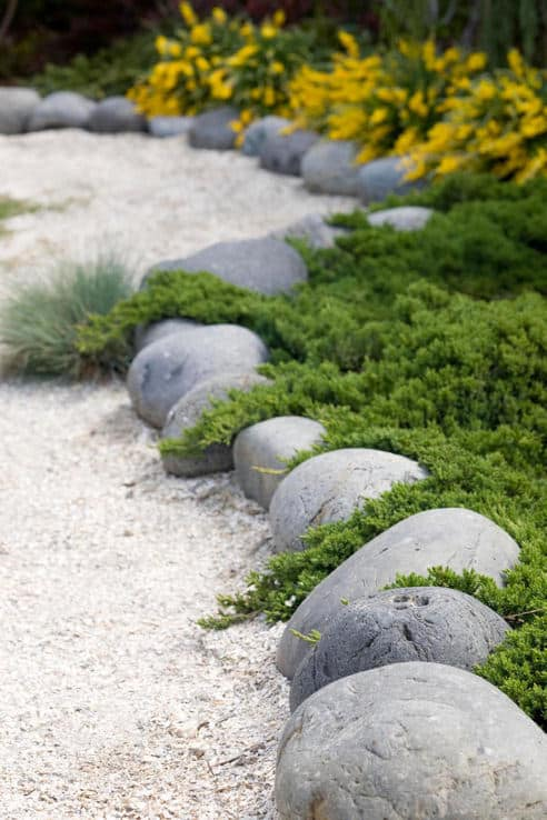 37 garden edging ideas how to ways for dressing up your for Smooth stones for landscaping