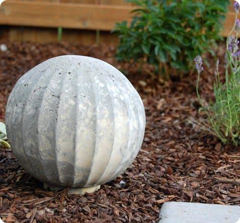 Как сделать шар из цемента для сада