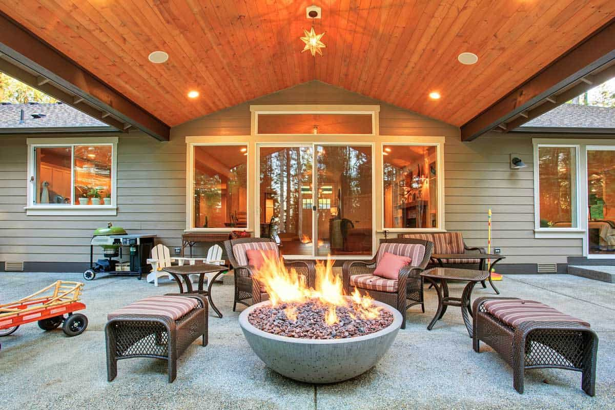 large-back-yard-grass-firebowl-94081562